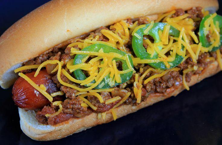 Organisez une soirée familiale où les hot dogs au chili seront à l'honneur à l'occasion de la journée internationale du hot dog au chili! Garnissez-les de cheddar, de jalapeños, d'oignons et plus encore!