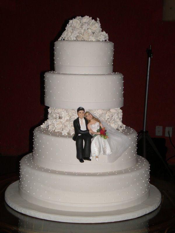 bolo de casamento com noivinhos