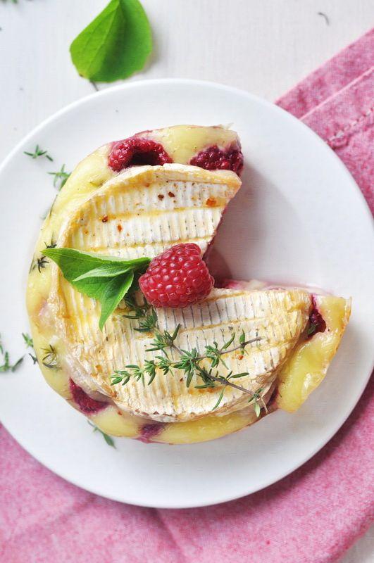 A może przystawka? Zapiekany camembert ze świeżymi malinami, tymiankiem i oliwą z oliwek. | Make Cooking Easier