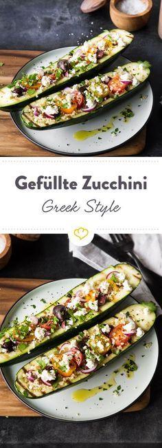 Diese Zucchini Greek Style werden erst gegrillt und dann mit Quinoa, bunten Tomaten, Oliven und Feta gefüllt. Low carb, glutenfrei und ... So köstlich!