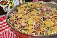 La calamarata con pomodorini e calamari è un primo piatto della tradizione partenopea che racchiude tutto il sapore e il profumo del mare.