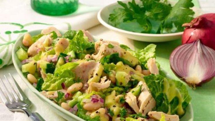 Thunfisch am Abend macht satt und stillt das Snack-Bedürfnis. Gerade die Gurke im Salat füllt den Magen nachhaltig.
