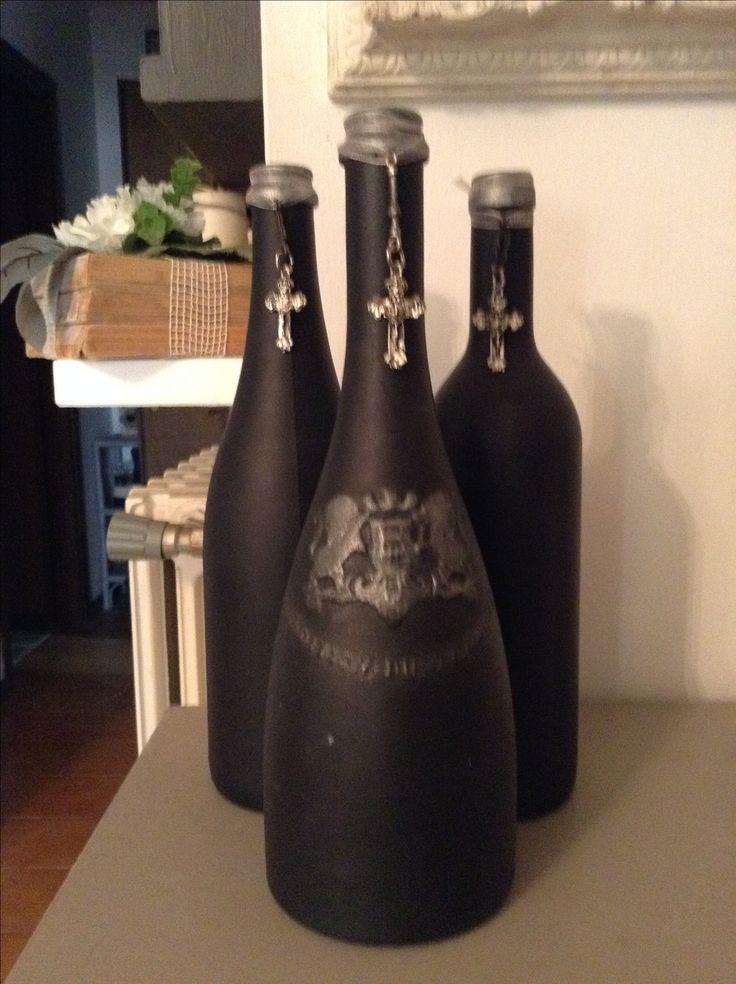 Tre bottiglie vino dim diverse, Vintage Paint Black Velvet, cera nera, cera argento su rilievo, croce legata con organza su ognuna...