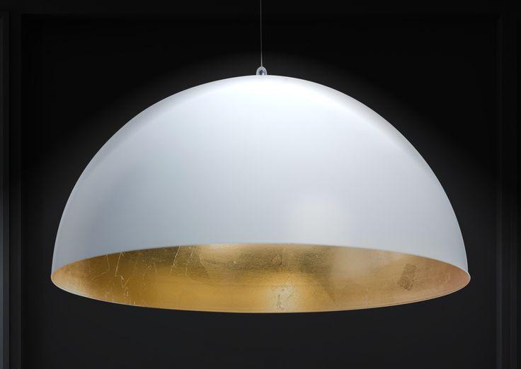 Die Deckenleuchte Studio besteht aus einem hochwertigem, weißen Metall-Lampenschirm mit goldener Innenseite, die das Licht besonders schön reflektieren lässt