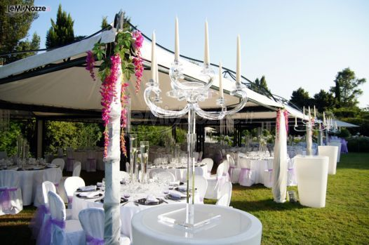 http://www.lemienozze.it/operatori-matrimonio/catering_e_torte_nuziali/servizio-catering-a-roma/media/foto/16 Allestimento del banchetto nuziale all'aperto con dettagli lilla.