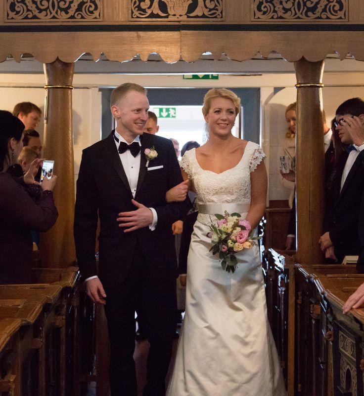 Brudklänning i sidensatinmed exklusivt krusterat spetsliv från Grace of sweden