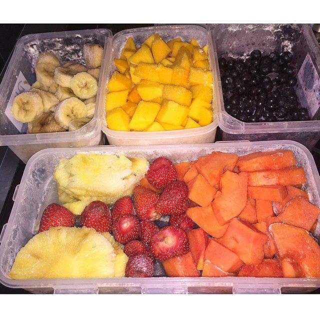 Congelar várias frutas e todos os dias antes do treino, bater umas 3 frutas diferentes (um punhadinho de cada) + 1/2 de whey + um copo de agua de coco. Além de ficar surreal de bom, dá muita energia, a digestão é rápida, ou seja, energia imediata! Tomar um shake desse uns 40 min antes do treino e pronto!