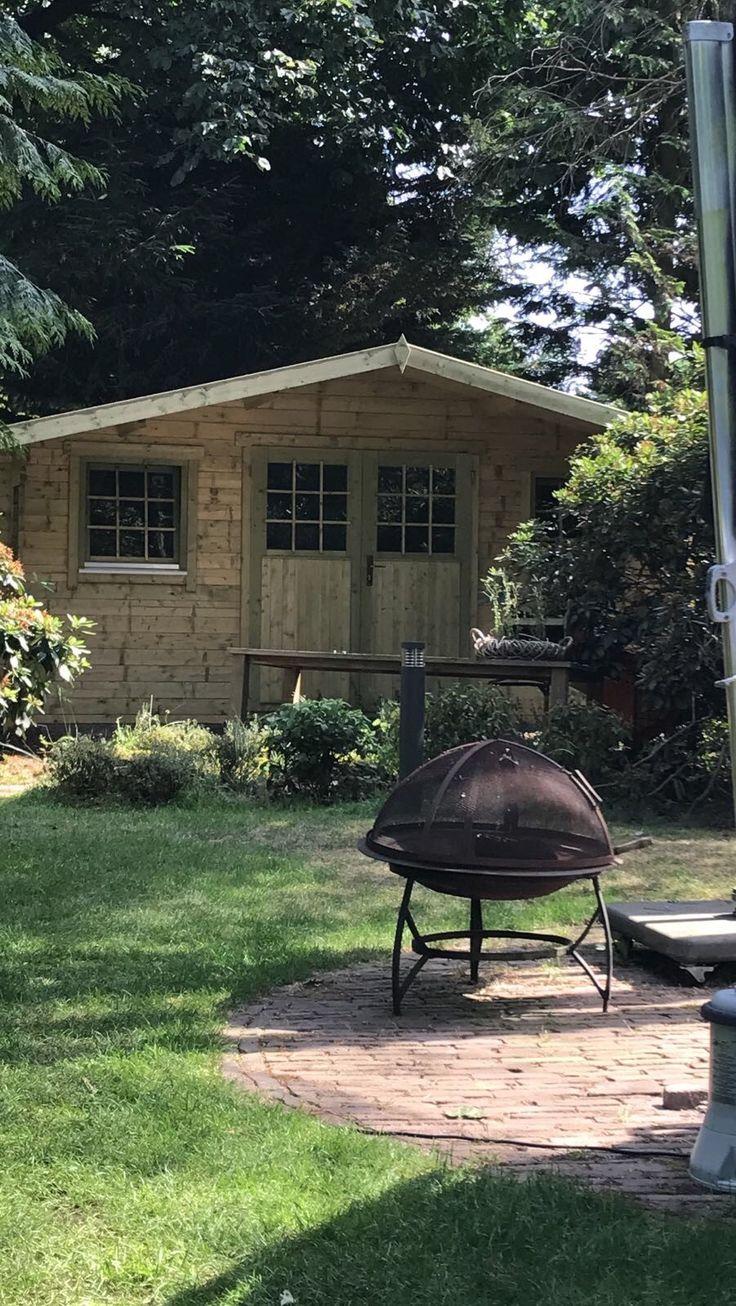 Een heerlijke plek in de tuin om overdekt te zitten of om als een berging te gebruiken voor uw spullen!