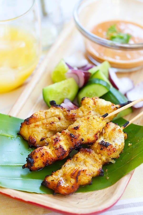 Galinha satay - a receita espetada mais incrível de frango com frango marinado skewered e grelhados à perfeição e servem com molho de amendoim |  Rasamalaysia.com