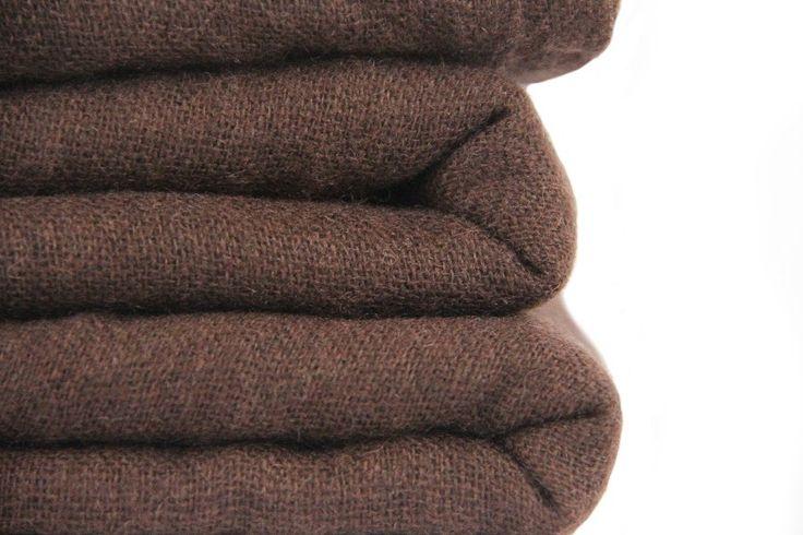 Spécial dandy cette grande écharpe en laine marronintense.