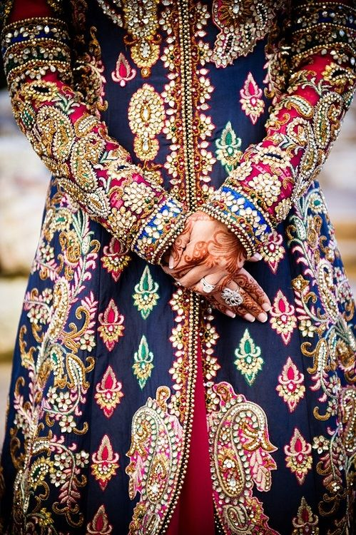 amazing embroidery - for more follow my Indian Fashion Boards :)
