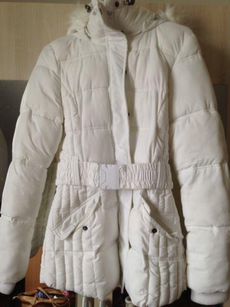 Doudoune blanche, capuche avec fourrure 20€