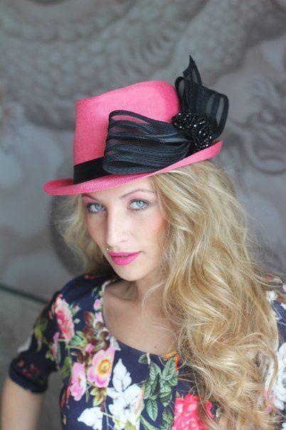 Розовая шляпа с черным украшением
