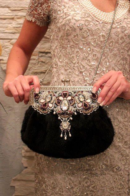 Купить или заказать Женская зимняя сумка из меха норки, вечерняя сумочка Мадмуазель в интернет-магазине на Ярмарке Мастеров. Это была моя мечта, сделать подобную работу. Полноценную сумочку, в которую можно и положить все необходимое для девушки и при этом чувствовать себя Королевой. Сумочка роскошная, делалась для любимой подруги, к дизайнерскому пальто ручной работы и вечернему платью одновременно. Центральный элемент восхитительный огромный кристалл Сваровски White Patina, множество белых…