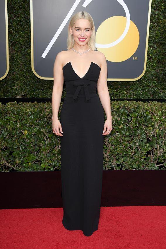 Globo de Oro 2018  -Emilia Clarke lleva un vestido con escote palabra de honor con abertura en forma de pico y adornado con un lazo. Un diseño de Miu Miu.