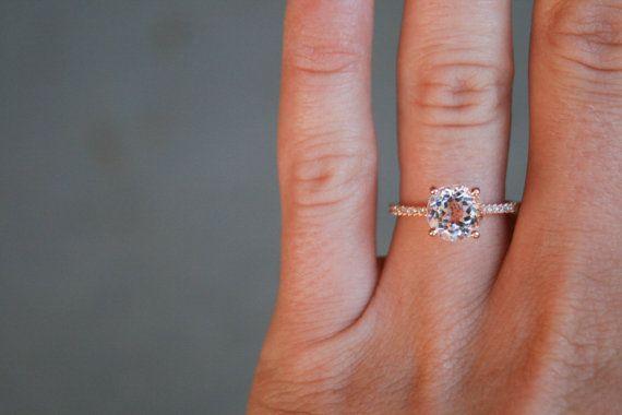 Cette belle 14k Rose Gold bague est sertie d'une pierre de centre Morganite de 8mm. Cette bague est une excellente alternative à votre bague de fiançailles diamant typique et est parfaite pour ceux qui aiment la classe d'Or Rose et la beauté d'une topaze blanche!  Prix de marché de vente au détail: $1500  --Détails de bague-- 14k or Rose Centre Pierre : Véritable Morganite Forme: Ronde Mesure : 8mm Poids: Environ 2,75 carats  --Diamants sur bande-- Diamants naturels Couleur: H Clarté…