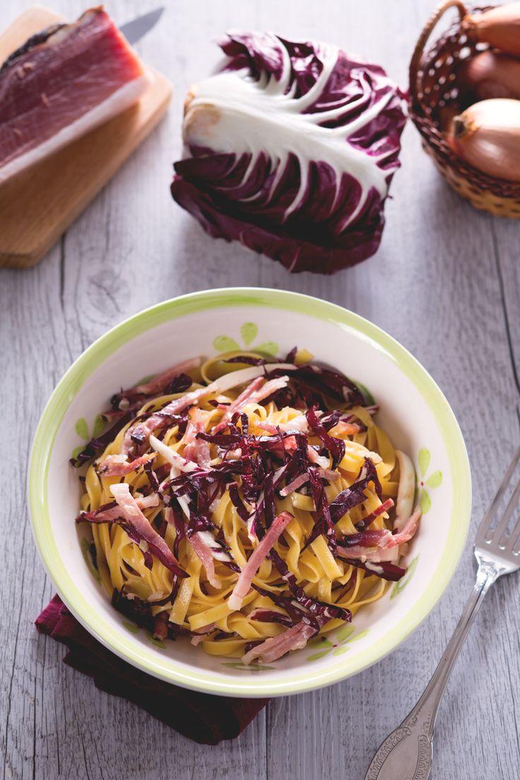 Voglia di preparare un primo piatto semplice e molto gustoso? Ecco le nostre sfiziose #tagliatelle radicchio e speck! #Giallozafferano #recipe #ricetta