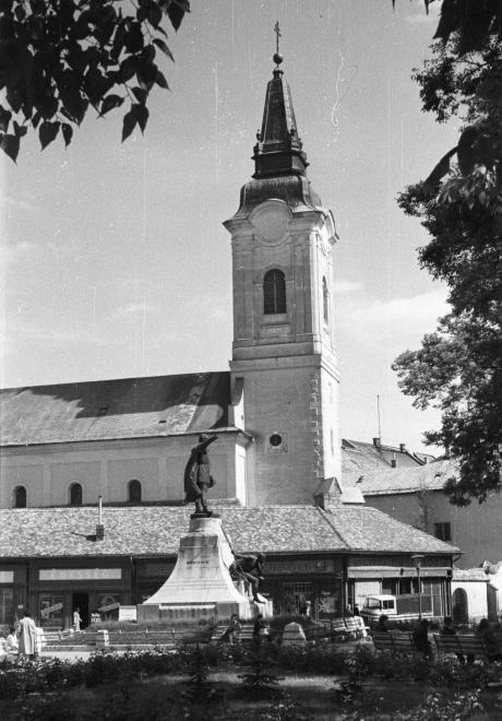 Kossuth tér, Kossuth Lajos szobra, mögötte a mára lebontott üzletsor a Szent Miklós Barátok temploma mellett.