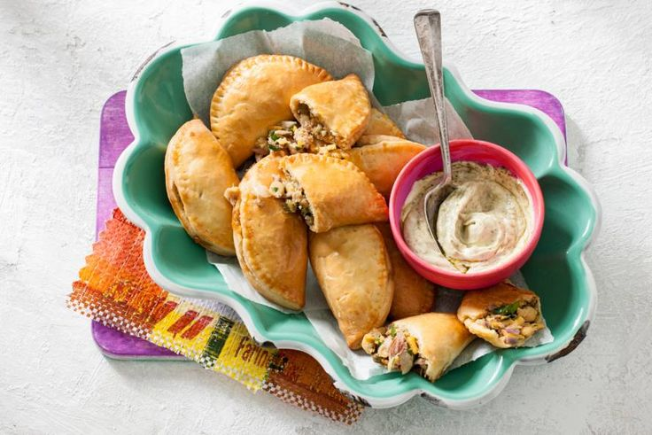 Het Spaanse werkwoord empanar betekent inpakken. En dat is precies wat je doet bij deze heerlijke snacks met kikkererwten en tonijn - Recept - Allerhande
