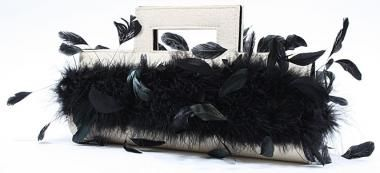"""Die cremefarbene Abendtasche in Kombination mit schwarzem Marabufedern sorgt für eine extraportion Glamour. Denn elegante Frauen benötigen elegante Begleiter. Für die notwendigen Kleinigkeiten bietet sie genügend Platz. Diese Abendtasche ist stark """"Oscar"""" verdächtig."""