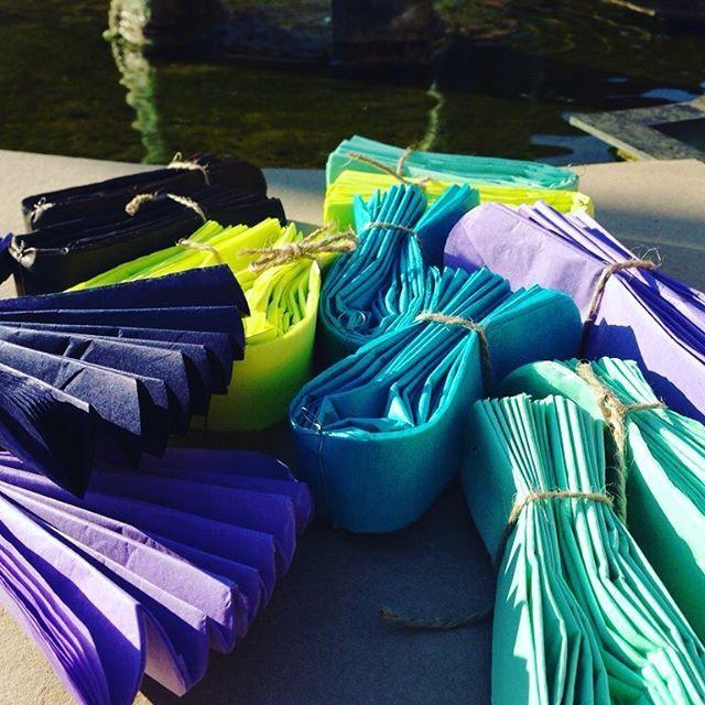 Pompomky byly vyrobeny na sobotní venkovní oslavu   Barvy: neon žlutá, lila, tyrkys, mentol, černá, půlnoční modrá   #oslava #pompom  Www.pompomtime.cz #czech #wedding #prague #prom #production #park #partydoplnky #svatba #svatebni #slavnost