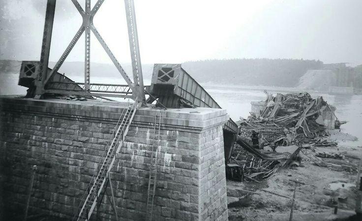 Premier pont de Québec s'écroule en Août 1907. L'accident fait 76 morts.