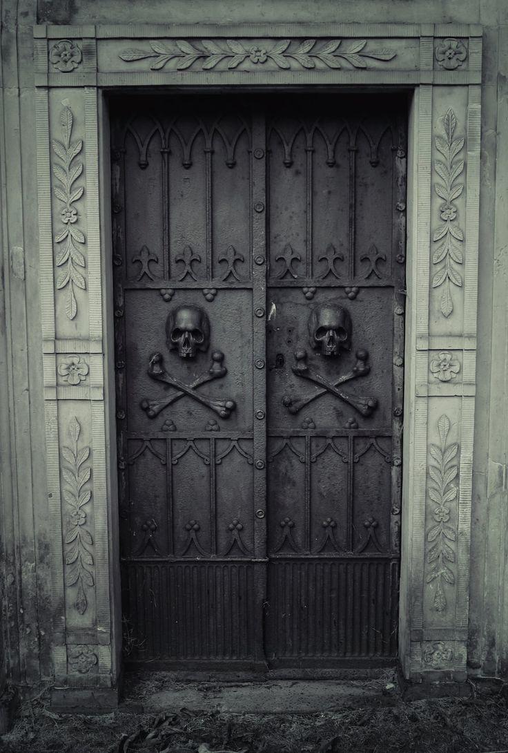 puertas negras calaveras