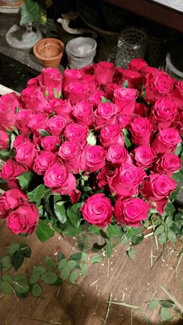 Ferdig resultat av rosebinding satt i lunket vann. Tror nesten jeg syns blomsterbutikker er vakrest rundt 14 februar.