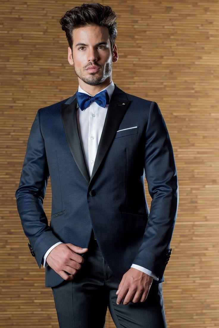Smoking texturado de novio de la firma ETIEM, azul Klein, con solapa raso y pajarita. Sastrería Campfaso.