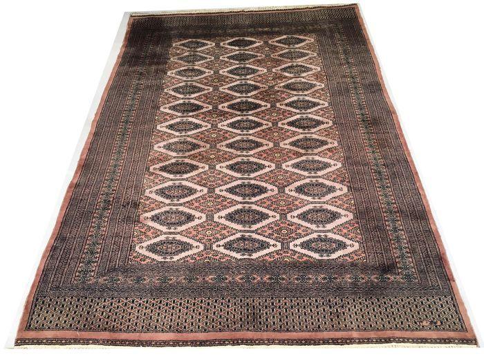 Fantastisch oosters tapijt: Tekke Boukhara in wol en zijde - 285 x 185 cm rond 1960!  Welkom bij de Passion d'Orient: Deze tapijten worden gemaakt in een bepaald aantal ateliers in de Kasjmir regio die tussen Pakistan en India ligt. Ze zijn van wol gemaakt en zijn goed bestand tegen slijtage door hun hoge knoopdichtheid. Tegenwoordig worden deze tapijten gezien als de beste tapijten vervaardigd in Pakistan. Gemaakt in: Met de hand geknoopt. Maat: 285 x 185 cm Geschatte dikte: 8 mm Leeftijd…