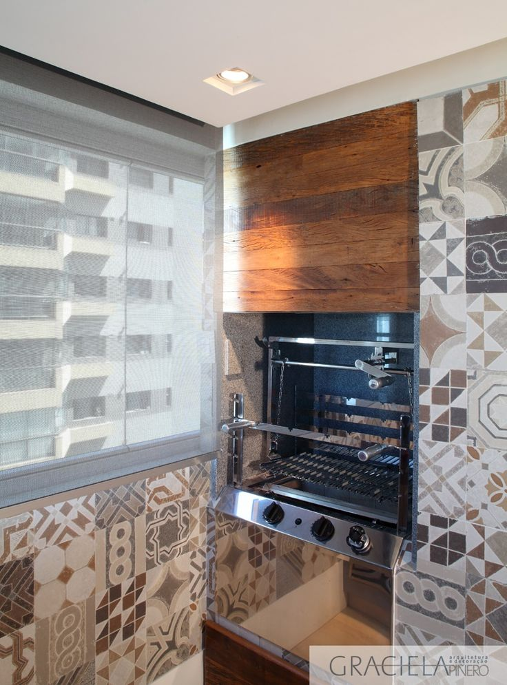 A proposta é integrar a sala de almoço com adega e churrasqueira, onde foi colocado um balcão refrigerado. Para ver este e outros projetos, acesse nosso novo site: www.graciela.arq.br