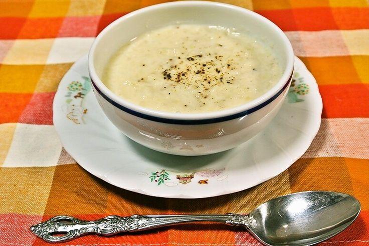 「カリフラワーのポタージュ」を作りました。 キューピー3分クッキング、藤井恵さんのレシピです。 主な材料はカリフラワー、玉ねぎ、じゃが芋です。 では、作り方と作った感想です。 作り方   材料(4人分)    カリフラワー 1個(正味400g)   じゃが芋 1個(130g)   玉ねぎ 1/2個(100g)   水 3/4カップ   牛乳 1カップ   塩 小さじ1/2   粗びき黒こしょう 少々       作り方  カリフラワーは小房に分ける。じゃが芋は1cm厚さのいちょう切りにし、さっと洗う。玉ねぎは横7~8mm幅に切る。 鍋にカリフラワー、じゃが芋、玉ねぎ、分量の水を入れ、ふたをして火にかける。煮立ったら、弱めの中火で15分煮る。 ふたをとり、ほぼ水分がなくなるまで水気を飛ばす。 マッシャーで粗くつぶし、牛乳を加えて温め、塩で調味する(とろみが強いときは水を加えて加減する)。 器に盛り、粗びき黒こしょうをふる。  引用元:キューピー3分クッキング 藤井恵さん「カリフラワーのポタージュ」2017.02.23  では、作ってみます。 「カリフラ...