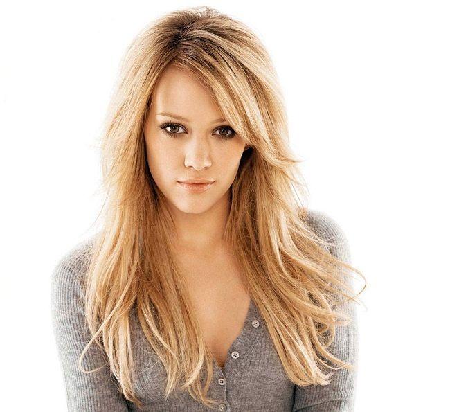 Há algumas semanas, uma foto da atriz e cantora norte-americana Hilary Duff circulou pela Internet e levantou uma importante discussão. A foto não tem nada de extraordinário: é um clique de Hilary vestindo um maiô, em uma praia, com o filho Luca de 5 anos. Mas, no entanto, a atriz se viu alvo de críticas voltadas ao seu corpo. Para responder àqueles que criticavam o fato de ela usar trajes de banho e exibir as celulites, Hilary compartilhou a foto em seu perfil no Instagram e respondeu aos…