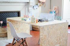 Et voilà le bureau de Lily-Rose home-made ! Jusqu'ici elle avait une petite table ikea, très bien pour dessiner mais trop petite pour jouer. Comme elle a beaucoup d'espace dans sa chambre, j'avais envie d'un grand plan de travail jeu. Du coup, maintenant elle peut jouer à quasiment tout dessus et c'est beaucoup plus pratique pour jouer aux petits malins, playmobils et compagnie, disposer ses petites maisons, ect Coût de l'opération : une trentaine d'euros ! Matos : OSB (2cm d'épaisseur)…