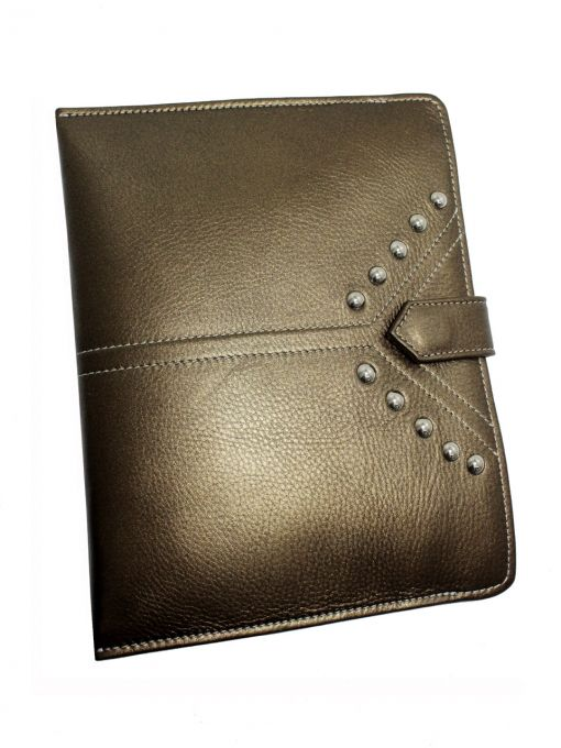 Leather case for tablet grain leather color brown-gold. Padded with foam, so the effect is delicate ridges and protects the tablet. Dimensions perfect for the iPad. But quietly fit in here wallet and cell phone, so it can be used as a clutch in the evening. Front pouch is decorated with metal studs. Each original GOSHICO has a tab in the middle of our logo. PRICE: 94.77 € http://goshico.com/etui-ma-ipada-z-metalowymi-cwiekami.html