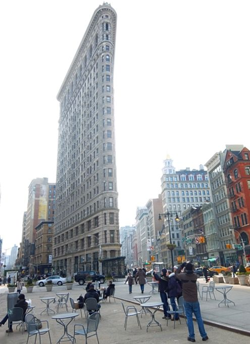 ニューヨーク観光名所の1つ、フラットアイアン・ビル前の街角風景 : ニューヨークの遊び方