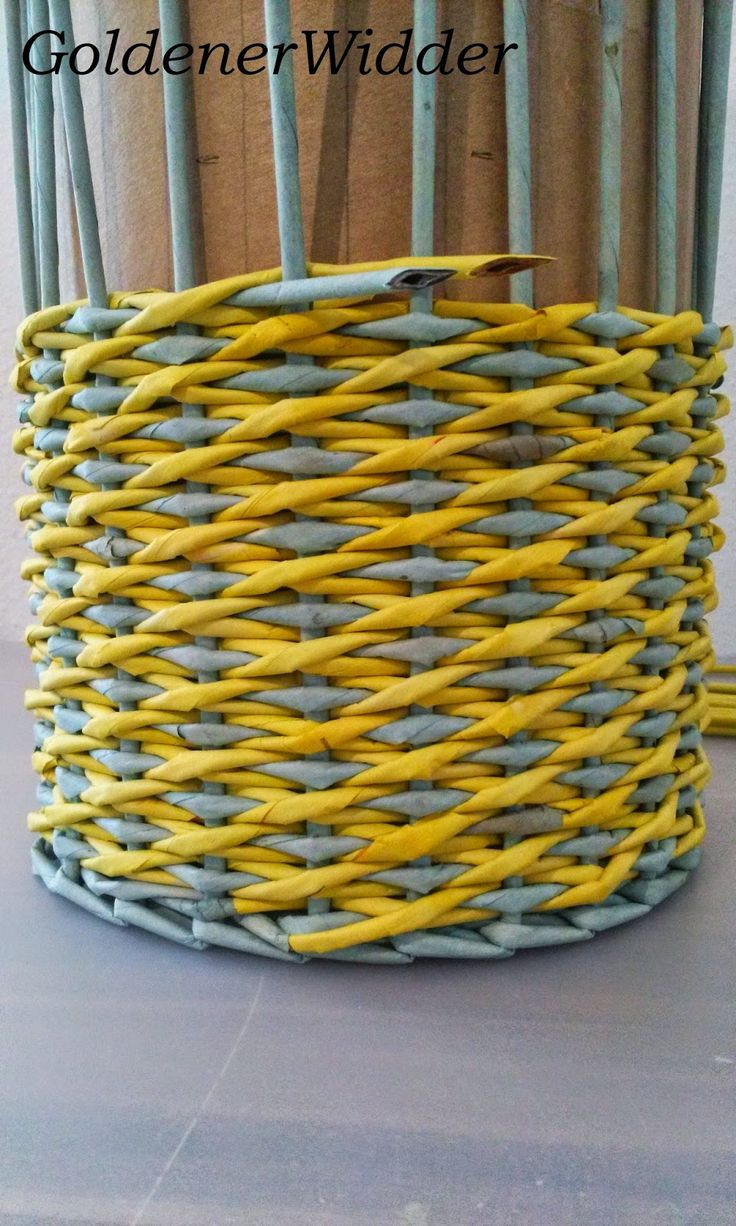 """Плетение из газетных трубочек: Узор """"крестики"""" одинарной трубочкой внутри. Нечётное количество. Круглая форма."""