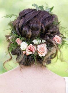 Qui dit nouvelle saison, dit nouveau look. La ELLE Beauty Team a sélectionné pour vous des coiffures de printemps inspirantes sur Pinterest. A découvrir sans plus tarder! De la couleur, des fleurs, des foulards, des rubans. Vive les accessoires et les coiffures bohèmes et romantiques. Petites fleurs roses pour donner un air romantique à une couronne.  Focus: fleurs dans les cheveux, fougères, lierre