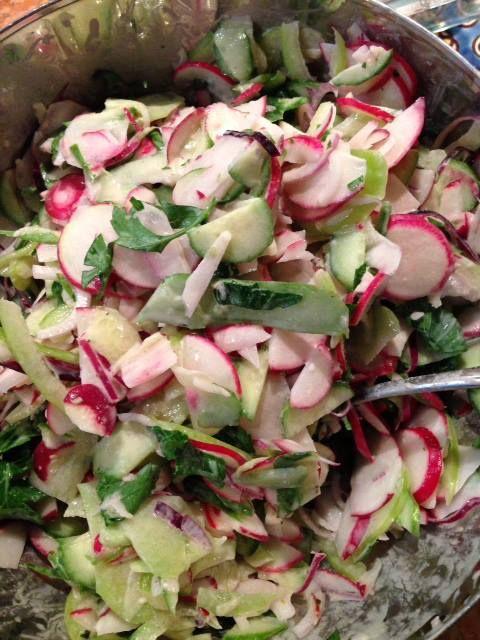 Erfrischender Radieschen-Gurken Salat