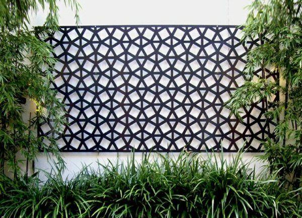 Mur en béton avec des éléments métalliques décoratifs