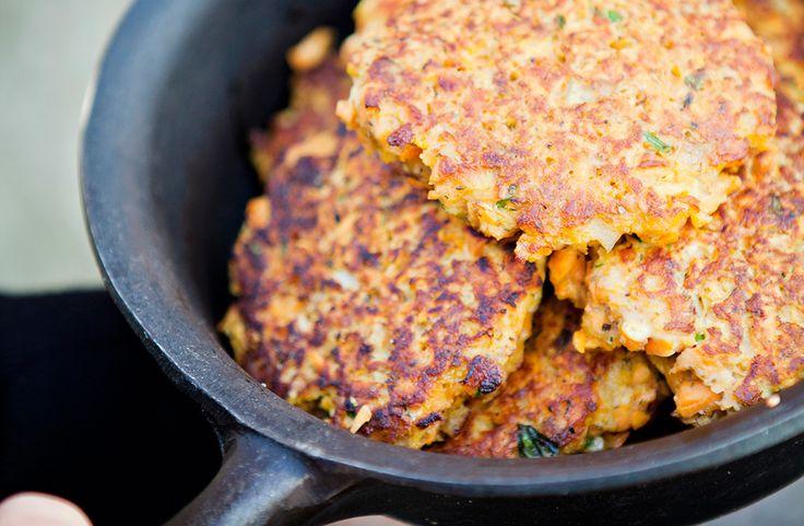 Recept på vegetariska sötpotatis- och linsbiffar. Biffarna är godast nystekta men går att steka färdiga och värma på en plåt i ugnen.