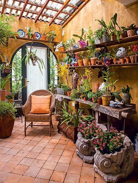 O morador gosta tanto de plantas que não se contentou em tê-las somente no jardim. Ele pediu para a paisagista Michelle Simoncello Boccalato transformar a entrada da casa em orquidário. As telhas transparentes iluminam o espaço