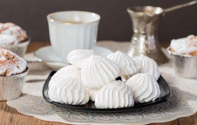 Più semplice nella preparazione rispetto a quella italiana, la meringa alla francese è una specialità a base di albumi d'uovo montati a neve ferma con zucchero a velo. Ottima da gustare da sola è la base di numerosi dessert, come il Vacherin, la Pavlova o la celebre torta meringata al limone, che spesso si vede nei film americani.