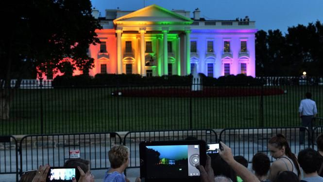 Het Witte Huis is aangelicht in de kleuren van de regenboog nadat het Hooggerechtshof het homohuwelijk heeft gered in juni.