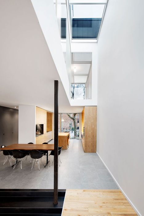 The architects of this house inserted a lightwell along the southern side of the structure to allow daylight to filter in.