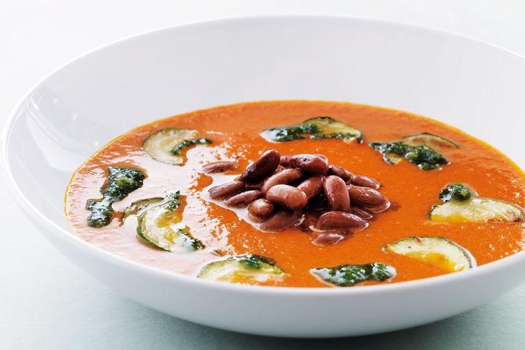 Har du smagt peberfrugtsuppe? Ellers har du chancen nu. Tilsæt desuden bønner og squash, så den bliver ekstra lækker. Velbekomme.