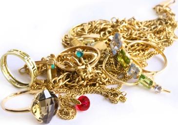 Goldankauf in Dresden    Unser freundliches Team ist stetig am Ankauf von Gold in jeglichen Legierungen und Mengen interessiert. Gekauft werden Goldbarren, Goldmünzen, Bruchgold, Zahngold, Altgold, Feingold, Industriegold, Golduhren, Goldene Taschenuhren oder Goldmedaillen. Gern nehmen wir auch Goldschmuck entgegen, der sogar unansehnlich oder kaputt sein kann, wie zum Beispiel Goldringe, Goldketten, Goldarmreife, Goldbroschen und Goldohrringe in jeglichen Legierungen von 333er bis 999er