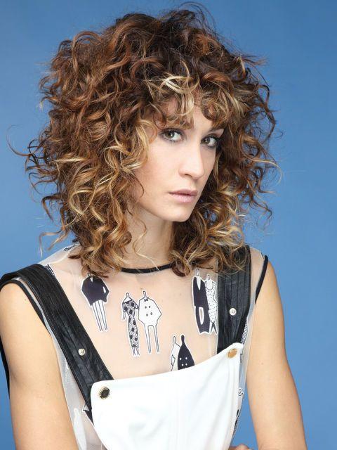 Il taglio più nuovo è degradè, corto sulla nuca e lungo davanti come questo creato da Salvo Filetti, hairstylist di La Compagnia della Bellezza.