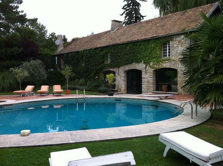 la maison am ricaine et la piscine autour de laquelle comme d 39 habitude y vit le jour claude. Black Bedroom Furniture Sets. Home Design Ideas
