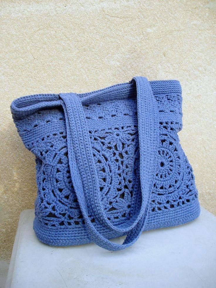 kabelka háčkovaná velká-jeans Luxusní doplněk k podzimní garderobě. Zhotoveno ze silnější dovozové pletací příze - směs 80% bavlna+20% acrylic v pěkném modrém odstínu designu jeans-příjemná na dotek.S podšívkou obsahující jednu velkou a jednu dělenou kapsu. Zapínání na 2magnety.Dvojité vyztužené dno.Kabelka dobře drží tvar. Dá se nosit v ruce i přes ...